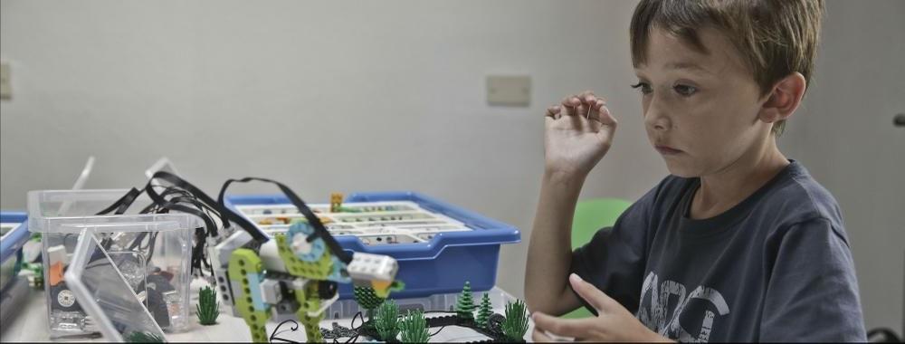¿Tu hijo pasa demasiado tiempo con las pantallas? Las colonias de verano tecnológicas pueden ser la solución