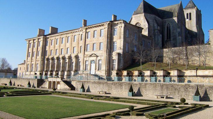 France_-_Deux-Sèvres_-_Celles_sur_Belle_-_Abbaye_royale
