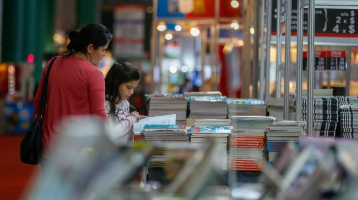 una-mujer-y-una-nina-observan-un-libro-durante-la-45-feria-internacional-del-libro-de-buenos-aires-argentina-la-feria-considerada-la-mas_860_573_1739422