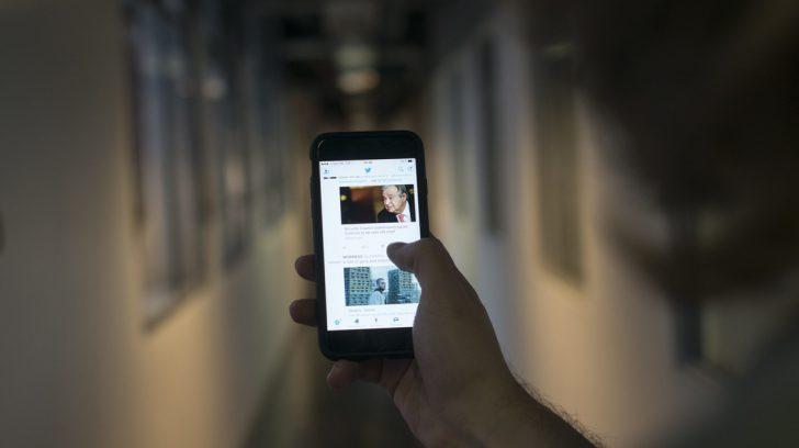 06-10 Mano con celular smartphone, aumento de tarifas de datos. 3g 4g movil. Foto: Andes D'Elia