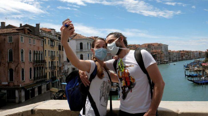 pareja-turistas-