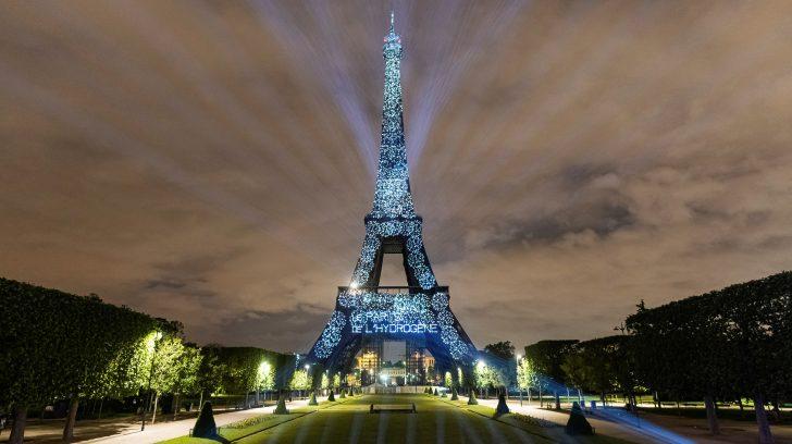 La Torre Eiffel, uno de los monumentos más emblemáticos de París, ha sido iluminada con hidrógeno libre de carbono para sensibilizar sobre la necesidad de una transición ecológica basada en energías renovables. EFE/Olivier Anbergen - Melting Prod/SOLO USO EDITORIAL/SOLO DISPONIBLE PARA ILUSTRAR LA NOTICIA QUE ACOMPAÑA (CRÉDITO OBLIGATORIO)